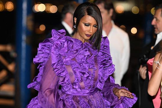 Bývalá modelka si ovšem pod šaty z průsvitné látky nevzala podprsenku.