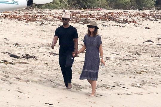 Herecký pár na romantické procházce po pláži v Malibu