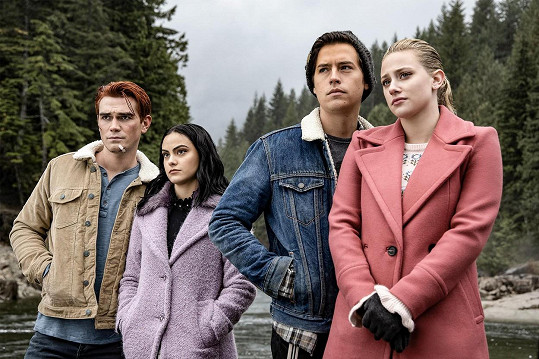 V seriálu Riverdale, zleva: K. J. Apa, Camila Mendes, Cole Sprouse a Lili Reinhart
