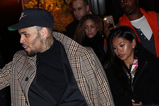 Chris Brown prý čeká dítě s Ammikou Harris.