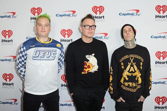 Členové Blink-182, zleva: Matt Skiba, Mark Hoppus a Travis Barker