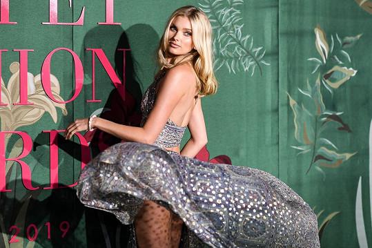 Elsa Hosk se na udílení módních cen předvedla v rozevláté róbě.