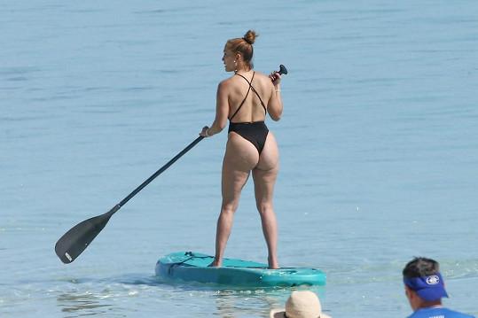 Užívala si na paddle boardu.