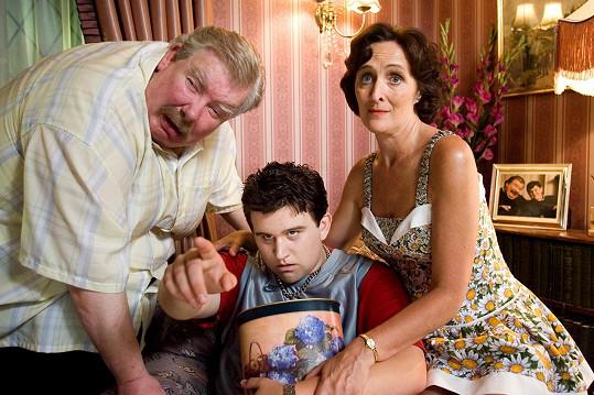 Zleva Richard Griffiths, Harry Melling a Fiona Shaw jako rodina Dursleyových v Harrym Potterovi