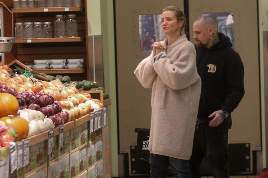 Cameron zašla do supermarketu s manželem Benjim Maddenem.