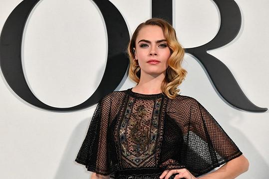 Cara byla ještě včera jedním z hlavních hostů přehlídky módního domu Dior v Paříži.