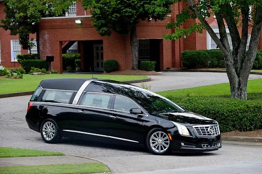 Tento vůz přivezl do kostela ostatky Bobbi Kristiny.