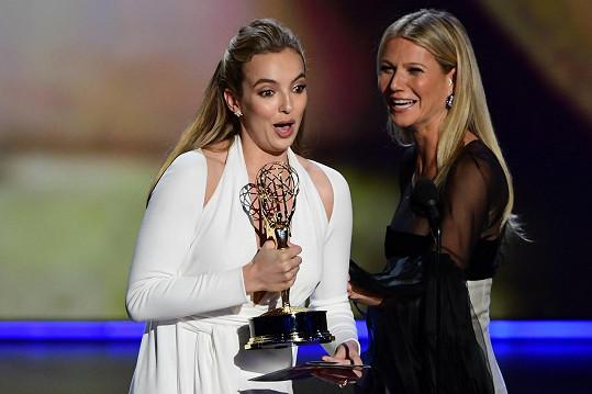 Jodie Comer vítězství v kategorii Nejlepší herečka v dramatickém seriálu nemohla uvěřit. Cenu jí předala Gwyneth Paltrow.