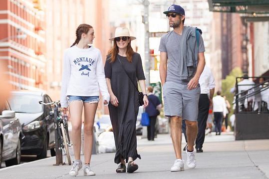 Julianne Moore si vyšla na procházku s manželem Bartem a dcerou Liv.