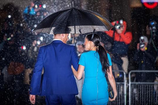 """""""Jen v pojetí Harryho a Meghan může být deštivý den tak romantický,"""" komentují fotku fanoušci."""