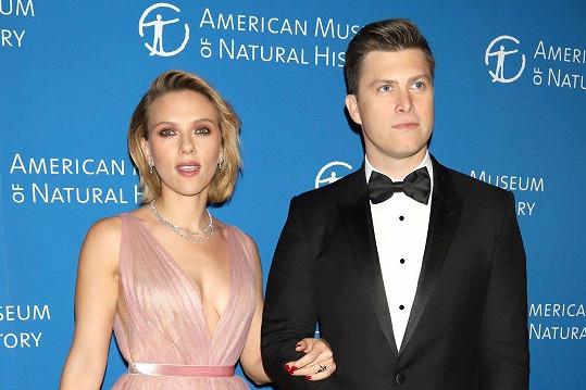 Scarlett Johansson po boku parntera Colina Josta.