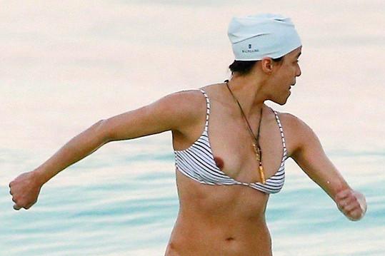 Michelle na pláži vykouklo prso.