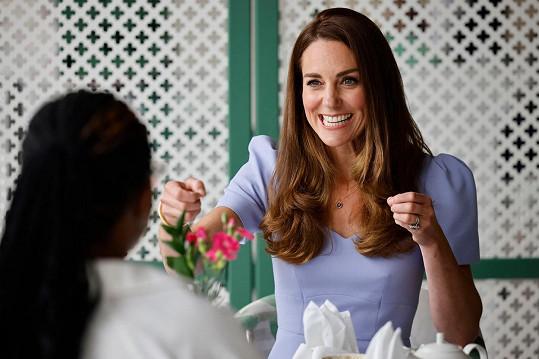 Kate udává módní trendy a šaty, které na sobě měla minulý týden, už nejsou u britského prodejce k dostání.