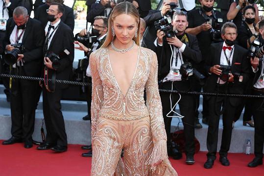 Candice Swanepoel na premiéře filmu Annette v Cannes