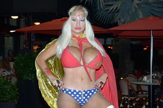 Lacey se převlékla za Wonder Woman.