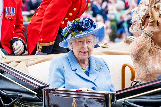 Královna Alžběta II. na zahájení dostihů v Ascotu