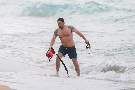 Ben se ukázal v plavkách.