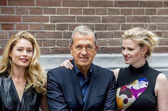 Hlavní aktérky s fotografem Mariem Testinem
