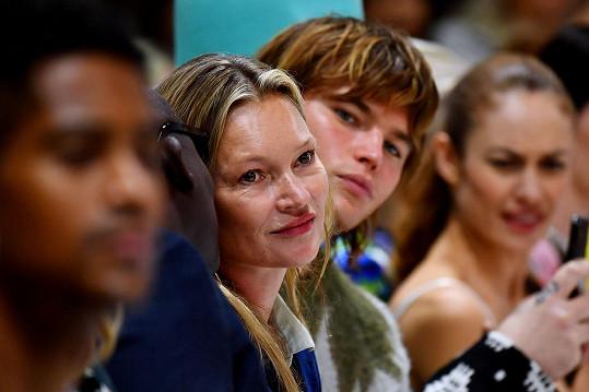 Kate Moss sledovala dceru při přehlídce Richarda Quinna.