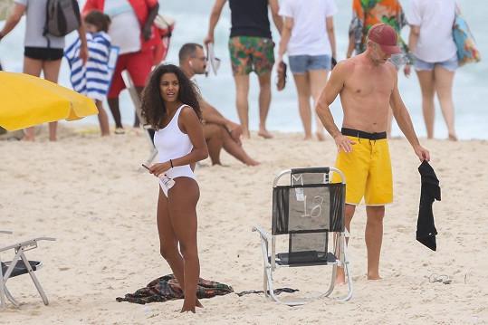 Rodinka si užívala den na brazilské pláži.