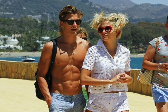 Pixie Lott a Oliver Chestire posunuli vztah do stavu zasnoubení.