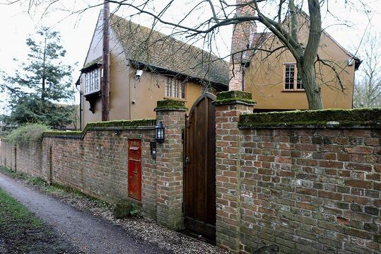 Keitha Flinta našli mrtvého v jeho domě v Essexu.