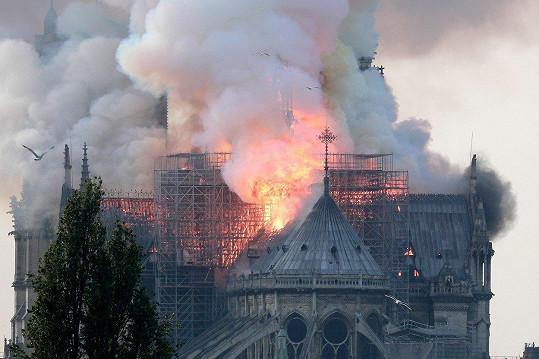 Notre-Dame v plamenech