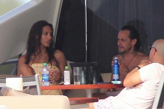 Zpěvák Marc Anthony si užívá na jachtě společnosti italské modelky Raffaelly Modugno.