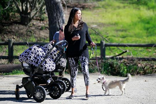 Kromě dvojčat se věnovala i venčení psa.