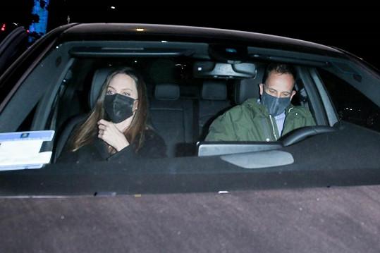Angelina Jolie zašla na večeři s exmanželem Jonnym Leem Millerem.
