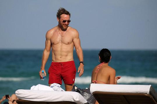 David Guetta si i po padesátce udržuje pevné svaly.
