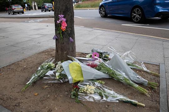 Poblíž svého domu v Londýně se na elektro koloběžce srazila s náklaďákem. Fanoušci na místo tragédie nosili květiny.