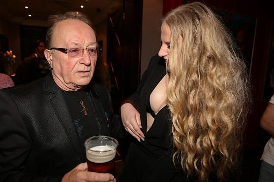 Petr Janda se o ňadra své fanynky nezajímal.