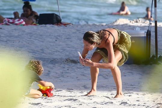 Na pláži v Miami byla se svými syny a nezapomněla zážitky dokumentovat.