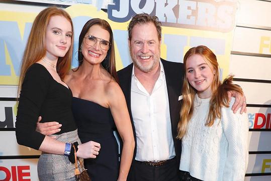 Brooke Shields s manželem Chrisem Henchym a dcerami Rowan (vpravo) a mladší Grier