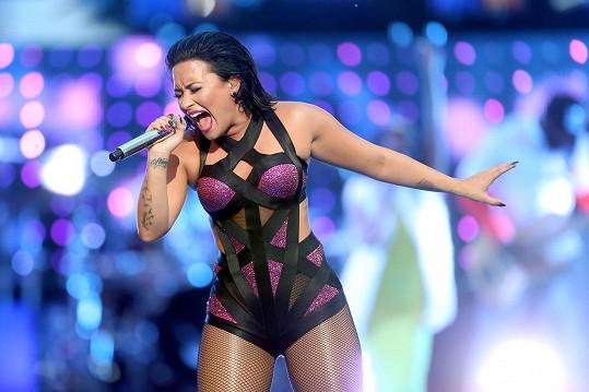 Lovato během nedělního předávání MTV Video Music Awards.