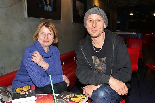 Na křest si našla cestu i maminka zpěváka Matěje Homoly.
