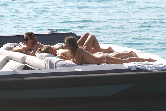 Tania (uprostřed) relaxuje po úspěšné olympiádě na dovolené ve Španělsku.