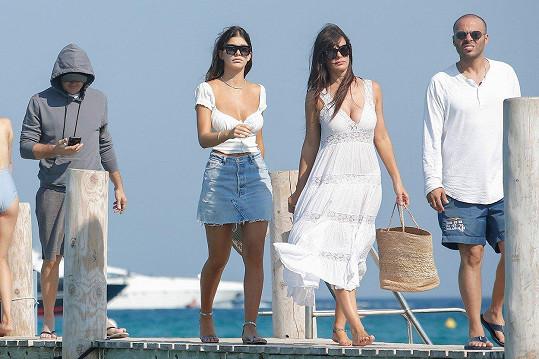 Camila Morrone je na prázdninách s přítelem Leonardem, mámou Lucilou a přáteli. Matčin partner Al Pacino vidět nebyl.