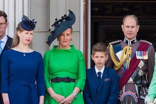 Sophie, hraběnka z Wessexu zvolila jasně zelenou barvu s černými doplňky. Na snímku s manželem Edwardem, dcerou Louise a synem Jamesem