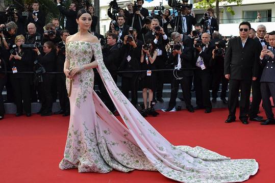 U nás nepatří mezi nejznámější herečky, v Cannes ale patří mezi inventář. Na zahajovacím večeru se čínská herečka Fan Bingbing blýskla v couture róbě značky Ralph & Russo a dá se očekávat, že nám ještě v průběhu festivalu předvede několik kousků prvotřídní vysoké krejčoviny.