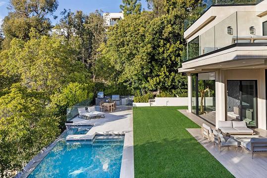 Zeleň plní estetickou i praktickou funkci, zajišťuje soukromí.