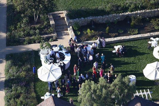 Svatba se konala v rezortu San Ysidro Ranch v Kalifornii.