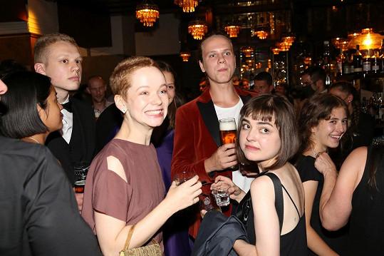 Herečka v dobrém rozmaru obklopená bratrem Adamem (vlevo) a bývalým partnerem Zdeňkem Piškulou (v červeném sametovém saku).