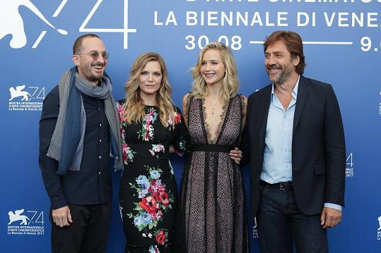 Na festivalu v Benátkách režisér dělil pozornost mezi všechny herce.