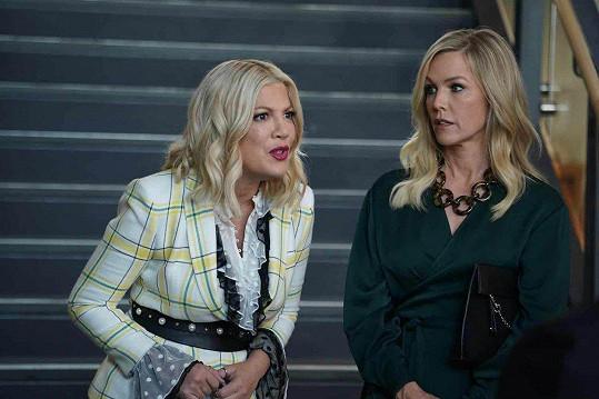 Tori Spelling (vlevo) skutečně měla finanční potíže, Jennie Garth má zase smůlu na chlapy.