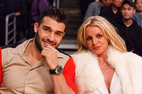 Britney s přítelem Samem Asgharim na zápase Lakers v Los Angeles v listopadu loňského roku