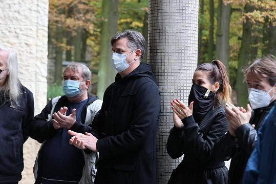 Uctít památku své kolegyně dorazili například (zleva) Otmar Brancuzský, Lumír Olšovský, Eva Decastelo a Vlasta Korec.
