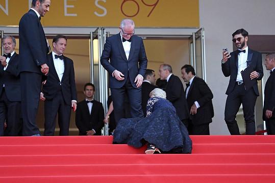 Upadnutí Helen Mirren pány spíš pobavilo, vpravo stojící muž si snad herečku ještě zvěčnil na mobil.