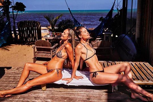 Nizozemská kráska Doutzen Kroes (32) a Jihoafričanka Candice Swanepoel (29). Brazilské pláže nyní patří těmto dvěma topmodelkám.
